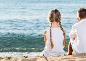 Niños sentados de espaldas